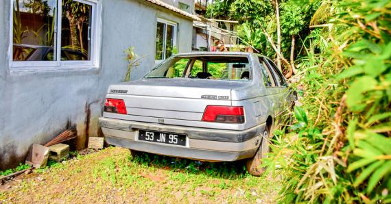 Les pare-brise du véhicule du caporal Choolun ont été saccagés aux petites heures, lundi.