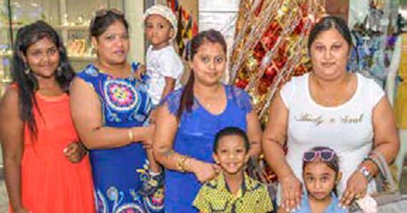 Pinky, Vimala et Sanjotha sont allées en repérages dans les centres commerciaux.