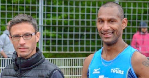 Le marcheur mauricien (à. dr) en compagnie de son coach Hervé Davaux.