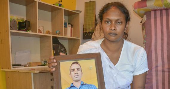 La jeune femme se demande si son époux a reçu tous les soins nécessaires durant son hospitalisation.