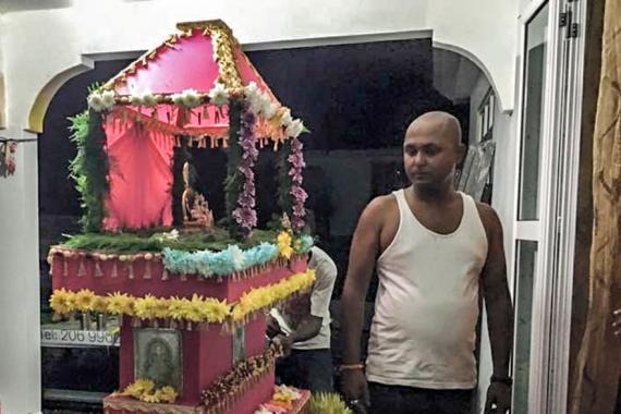 Cette photo a été prise en janvier 2016. Le policier aide des jeunes du quartier à fabriquer un kanwar pour le pèlerinage du Maha Shivaratree.