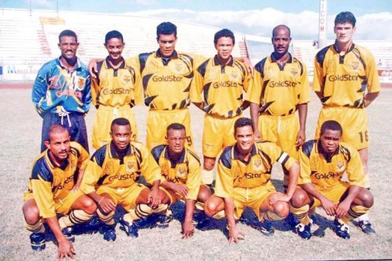 Les Jaunes et Noir de l'ex-Sunrise avec en leur sein Fidy et Ashley Mocudé en 1995. Suarez, servi par Messi, scorant le penalty en 2016.