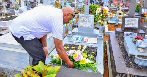 Elvis Eléonore se recueille devant la tombe de son fils.