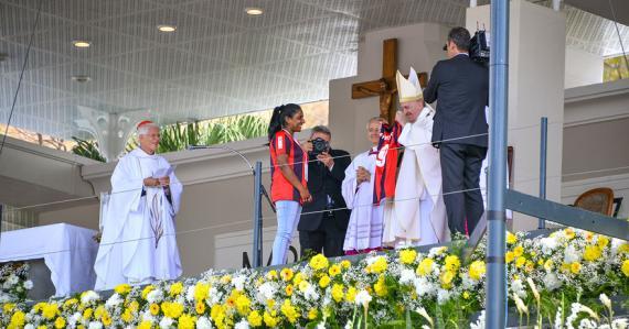 Le cadeau de la Pastorale des jeunes a ravi le saint-père.