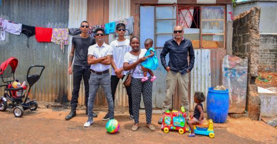 Jahmeel Peerally et son équipe souhaitent apporter leur aide à la petite famille pour assurer leur avenir.