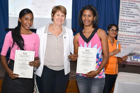 Les formatrices Morianne et Joeane entourées de Brigitte Koenig, la directrice de Caritas.