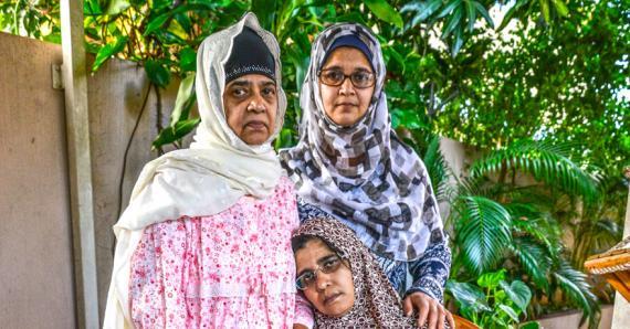 Husna avec sa mère et sa sœur, après le drame.