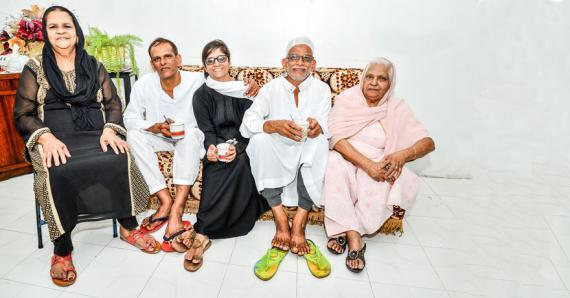 De gauche à droite  : Sakina Deenmahomed aux côtés de son gendre Sheik Imran Sumodhee, sa fille Rosina, Khaleeloudeen Sumodhee et Moneerah Owadally, la mère des deux frères.