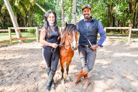 Pour lui, un cheval, c'est un partenaire. Il pose ici avec un des chevaux et son épouse Francine.