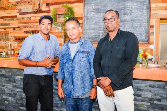 Olivier Chutel pose avec deux membres de l'équipe de Bôzar Café.