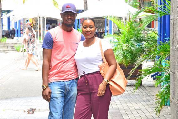 Le couple propose des tissus traditionnels venant de différents pays d'Afrique.