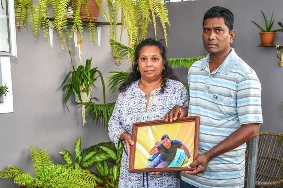 Ragini et Ram Sunassee essaient de survivre à la disparition de leur fils Dinesh.