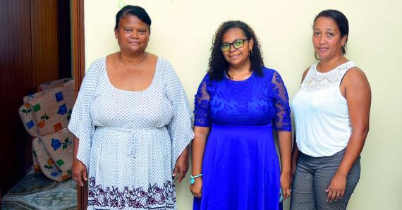 Catherine, Nelly et Cathy mettent les bouchées doubles afin que tout soit prêt.