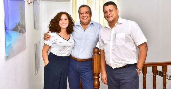 Jonathan et Aurélie, ses enfantsqui travaillent avec lui.