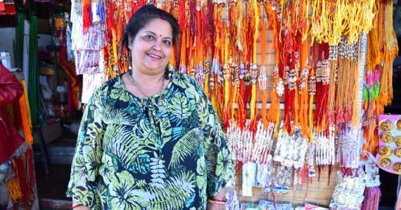 Madvi Kulponauth vend des bracelets les uns plus originaux que les autres.