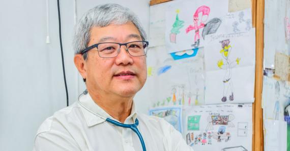 Le Dr François Leung sensibilise les futurs et jeunes parents au bon développement des enfants, à travers le programme Nourrir la Vie.