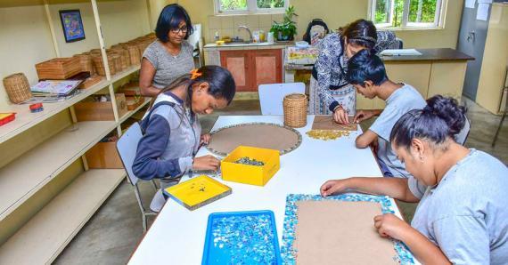 Amalam, éducatrice, accompagne et encadre chaque jour les bénéficiaires de l'atelier.