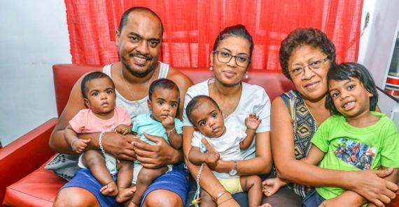 Le couple peut compter sur les grand-mères – ici Jacqueline, la maman d'Arnaud – pour s'occuper des enfants.