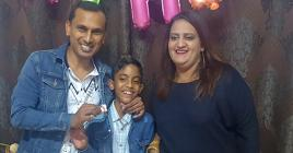 Neel et sa famille ont célébré sa réussite au PSAC et sa prochaine entrée au collège.