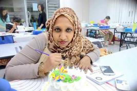 Shaheeza Durbass Mauthoor, formée en décoration de gâteau, fait des pâtisseries aux couleurs de l'Eid.
