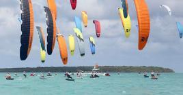 Le kite-surf, où les voiles de toutes tailles viennent colorer le ciel, s'annonce très disputé.