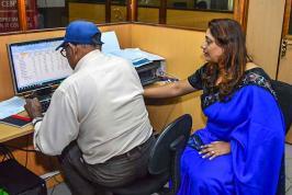 Sudha Bagoo et son mari Vinay ont décidé d'offrir des cours aux 60 ans et plus.