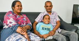 Le petit Akhilesh, entouré de ses parents, rencontrera de nouveaux médecins grâce à la Holdem Foundation.
