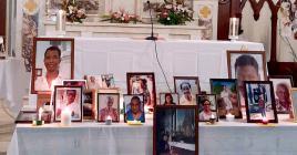 Les photos des défunts lors de la cérémonie de requiem à l'église Notre-Dame-Des-Anges, à Mahébourg. Le portrait de James Clark se trouve à l'extrême gauche.