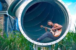 Séance photo détendue pour bluesman très occupé…