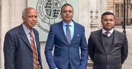 Premchandra Bissonauth aux côtés de ses avocats Sanjeev Teeluckdharry et Anoup Goodary.
