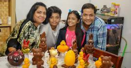 C'est entouré de ses enfants et de sa femme Yvelines qu'il va aujourd'hui concocter des œufs en chocolat.