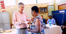 Tim Taylor, président du Cim CSR Fund Ltd, remettant la clé à une des bénéficiaires.