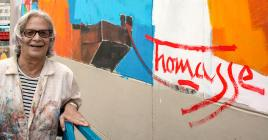 Jocelyn Thomasse devant sa fresque.