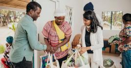 Distribution de vêtements et de denrées alimentaires par Jonathan Arsène et Greta Marie-Louise, membres de la fondation.