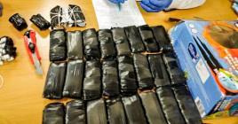 Les colis retrouvés dans les bagages des deux frères de 6 et 9 ans.