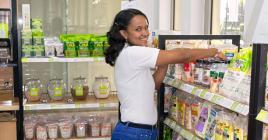 Légumes et fruits frais, produits alimentaires ou ménagers vous  attendent dans ce supermarché bio.
