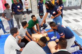 Jeux pour les enfants, initiation au massage cardiaque… Les jeunes de la Croix Rouge vont à la rencontre des Mauriciens.