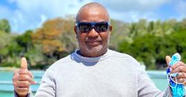 Michael Andy, pêcheur chez Notre Dame de Baneux Fisherman Cooperative Society, portant fièrement ses lunettes polarisées Helios.
