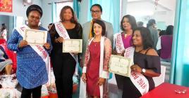 Les lauréates du «weight loss contest» en compagnie de  leur coach Lita Auckbaraullee et  Stephan Toussaint, ministre de la Jeunesse et des Sports