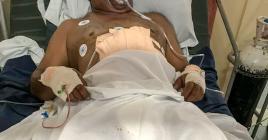 L'homme sur son lit d'hôpital.