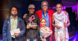 Jacques Maunick entouré des quatre gagnants : Iqbal Dhoomoon, Sheik Hussein Jookun, Lakshya Iyavoo et Raja Narainen.
