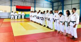 Les judokas heureux de recevoir leurs certificats après avoir réussi au passage de grade.