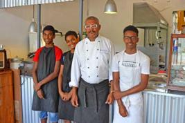 Avec ses petits commis en cuisine, Richard Fricot propose une cuisine typique et authentique.