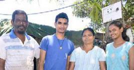 Shakti partage son bonheur avec sa famille.