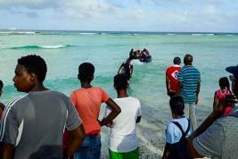Des enfants embarquent pour Maurice dans des conditions difficiles, après avoir manqué la rentrée scolaire pour cause de mauvais temps.