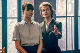 Jennifer Lawrence, charmante agent russe, face à Joel Edgerton et Charlotte Rampling.