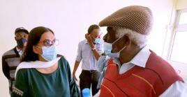Vita Venkatasawmy échangeant quelques mots avec Ricarl Pierre-Louis.
