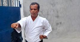 L'entraîneur Rishi Bundhoo réalise des enregistrements vidéo pour permettre à ses karatékas de mieux suivre les entraînements.