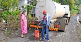Les camions-citernes desserviront les régions  affectées de l'île afin de permettre un approvisionnement équitable.