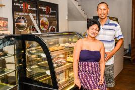 Yovanie et Philippe ne regrettent pas d'avoir tout quitté pour ouvrir leur propre pâtisserie.